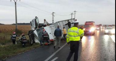 O șoferiță de 27 de ani, spulberată de un TIR după ce a derapat cu mașina