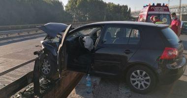 Mașină suspendată pe parapet, pe Autostrada Soarelui