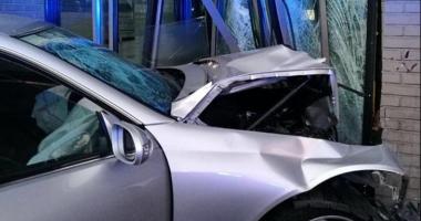 Accident cum rar se întâmplă! Un ŞOFER BEAT s-a izbit cu maşina chiar în SEDIUL FABRICII DE BERE