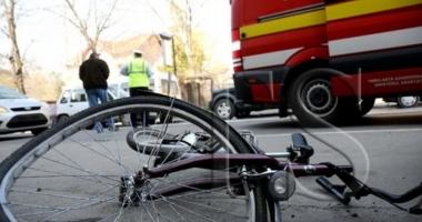 Un biciclist a murit după ce s-a dezechilibrat din cauza vântului şi a fost lovit de o maşină