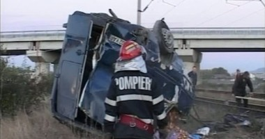 Accident teribil la Olimp: Microbuz de transport elevi, lovit de tren