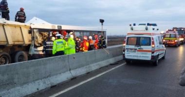 ACCIDENT GRAV pe Autostrad�. Microbuz PLIN DE PASAGERI f�cut praf