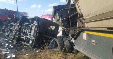 SCENE DRAMATICE / 20 de ELEVI au murit, după ce microbuzul şcolar a intrat într-un camion şi a explodat