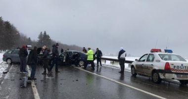 Accident cu şase victime! Două autoturisme s-au ciocnit frontal