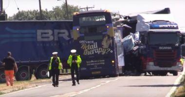 VIDEO / Accident rutier între un autobuz şi un camion. Sunt peste 20 de victime