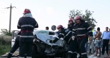 ACCIDENT RUTIER GRAV / Cinci tineri, răniţi după ce maşina lor a intrat sub un TIR