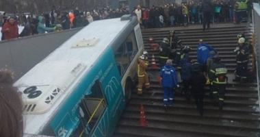 ATENŢIE, IMAGINI ŞOCANTE! Autobuz cu pasageri, căzut pe scările de intrare într-o staţie de metrou. Sunt zeci de victime