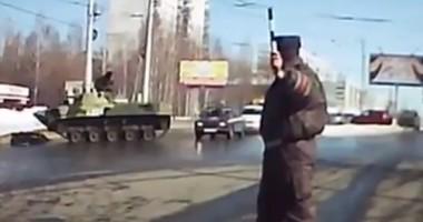VIDEO/ Un militar rus, foarte BEAT, a intrat cu tancul într-un stâlp!
