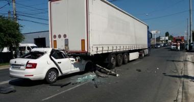 GRAV ACCIDENT RUTIER / Un şofer a intrat cu maşina sub TIR! Elicopterul SMURD, la faţa locului