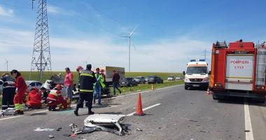 Cod roșu de intervenție! 13 răniți după ce un autobuz s-a ciocnit cu o basculantă