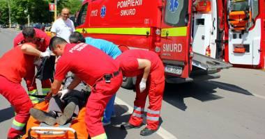 Un elev se zbate între viaţă şi moarte după ce a căzut de la etaj
