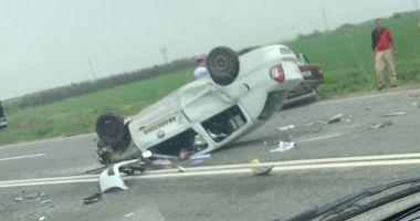 ACCIDENT SPECTACULOS! Maşină răsturnată, lovită apoi de camion