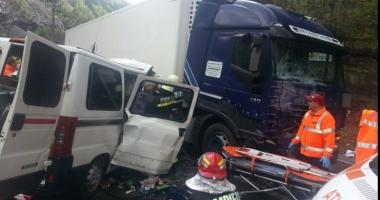 Accident grav pe DN7! Au fost implicate trei maşini. Traficul este blocat