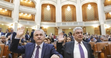 Funcţionarii publici trimişi în judecată rămân în funcţii