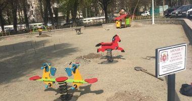 Administrația locală amenajează noile locuri de joacă pentru copii