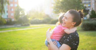 O mare NEDREPTATE făcută mamelor adoptive. Timpul petrecut alături de cel mic, mult mai important decât banii!