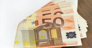 Plic cu 33.000 de euro, găsit într-un coș la supermarket