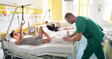 Spitalul, sufocat de bolnavi. La Pediatrie, stau câte doi copii în pat, iar la Neurologie şi Ortopedie nu mai sunt locuri