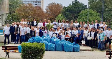 Parcul de la gară, curățat și igienizat de femeile din ALDE Constanța