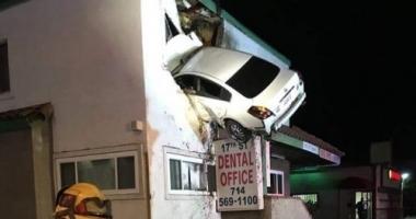 IMAGINI CA-N FILME! Un şofer drogat s-a înfipt cu maşina într-un apartament de la etajul 1