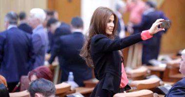 """Sexy deputata PSD, cerută în căsătorie de un fotbalist: Andreea Cosma i-a spus """"da"""" unui bărbat cu 15 ani mai tânăr decât ea"""
