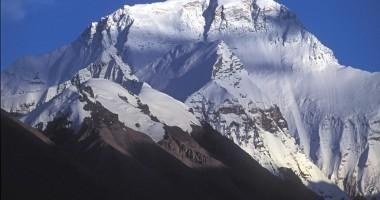 Trei alpinişti vor să devină cei mai tineri români care urcă pe Everest