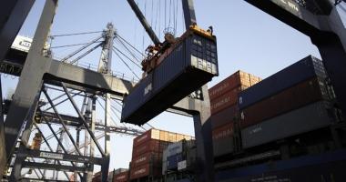 Aproape 4 km de perdele contrafăcute, confiscate în Portul Constanţa