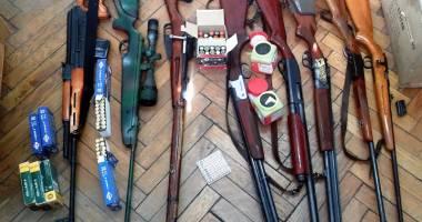 Arsenal de arme deţinute ilegal, descoperit la  un pensionar constănţean