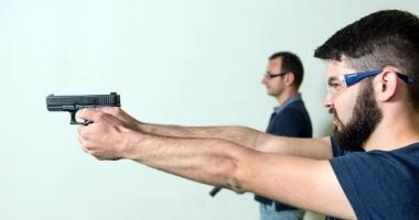 Pro sau contra legalizării armelor letale în România? Un poliţist american explică avantajele, dar şi pericolele