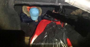 Patru cetățeni străini intenţionau să iasă ilegal din România, ascunși în interiorul unei autoutilitare