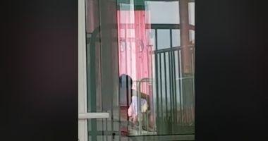 Asistenta filmată în timp ce brusca un bebeluş, dată afară şi cercetată penal