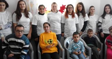 """Asociaţia """"Zâmbet şi culoare"""", beneficiara donaţiilor elevilor"""