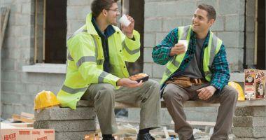 Ce obligaţii au angajatorii faţă de salariaţi, în zilele cu ger şi viscol