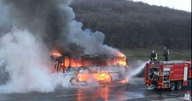 Un autobuz cu muncitori a luat foc în mers! Sunt 13 victime