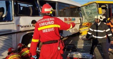 DOUĂ autobuze de transport persoane s-au ciocnit! Sunt mai mulţi răniţi. A fost activat PLAN ROŞU DE INTERVENŢIE