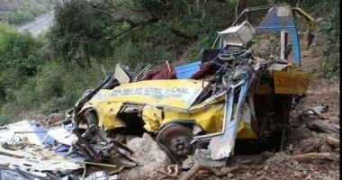 44 de morți, după ce un autocar s-a răsturnat în prăpastie. Vehiculul s-a rupt în două în momentul impactului
