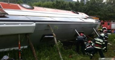 GRAV ACCIDENT RUTIER! DOI MORȚI, după ce o mașina și un autocar cu 34 de pasageri s-au lovit
