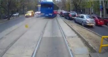 MANEVRĂ INCREDIBILĂ! Un autocar MAI, filmat în timp ce depășește cu viteză pe linia de tramvai - VIDEO