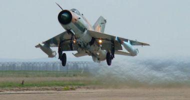 Foto : Premieră în aviaţia militară! Aterizare forţată noaptea, fără roata dreaptă