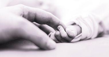Bebeluş, mort la câteva ore după ce a fost dus cu febră la spital