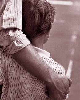 Băieţelul rămas fără părinţi după ce tatăl i-a omorât mama, revendicat de rude!