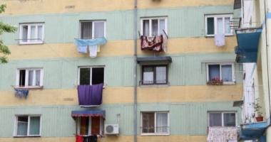 Copil căzut de la etaj / Incredibil! Fetiţa de 2 ani a spart singură geamul cu un ciocan