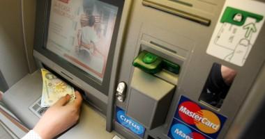 Băncile reclamă obligativitatea afişării comisioanelor la bancomate