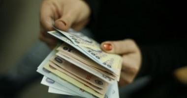 Mai mult de jumătate din români cred că s-ar descurca cu un salariu de 2.000 de lei