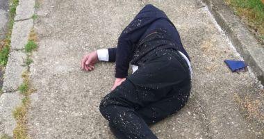 Foto : Bărbat în costum, găsit inconștient, pe stradă. Lângă el era un plic cu BANI