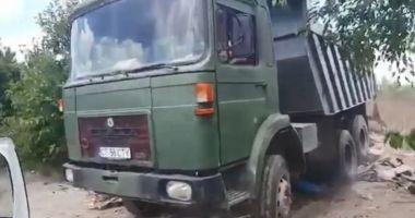 VIDEO. A vrut să treacă cu basculanta peste maşina Poliţiei Locale
