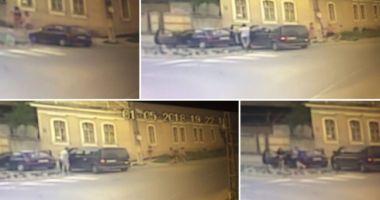VIDEO / SCENE VIOLENTE. Un bărbat, BĂTUT FĂRĂ MILĂ în fața copilului său