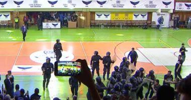 BĂTAIE CRÂNCENĂ între galerii la meciul de handbal masculin STEAUA - DINAMO