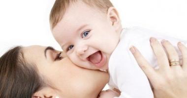Parlamentul a decis: indemnizația pentru creșterea copilului, plafonată la 8.500 lei