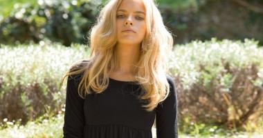 Blonda în doliu